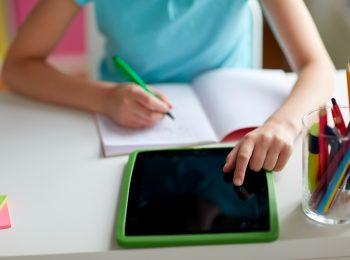 Schulkind mit Tablet